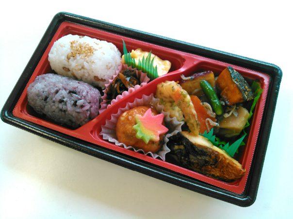 雑穀俵むすび(もち麦・黒米)弁当