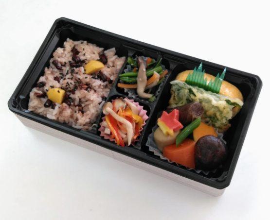 赤飯と季節の煮物弁当